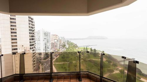 Private balcony with a view of the beach in Lima