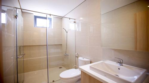 Large and spacious bathroom with a shower