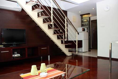 Livingroom with coffee table, coffee mugs and ash tray