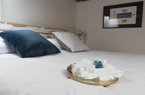 King-size bed with high-quality linen, soft pillows, towels, shampoo, conditioner, body lotion and soap