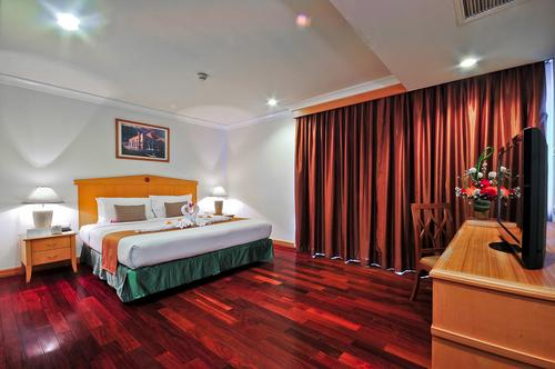 Spacious bedroom with a king-size bed and bedside tables