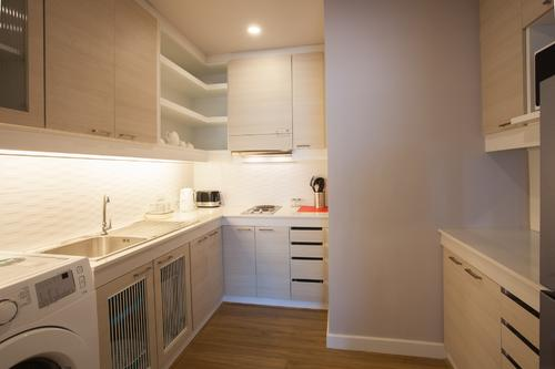 Fully fitted closed kitchen with modern appliances